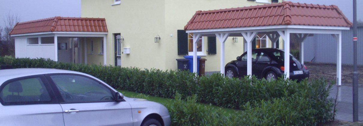 Carport mit Walmdach aus Dachziegel